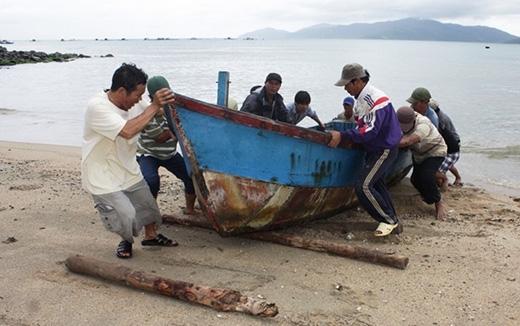 Ngư dân phường Vĩnh Hòa, TP. Nha Trang kéo thuyền lên bờ trú ẩn.