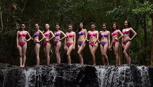 Tại đây, các thí sinh diện trang phục bikini kêu gọi bảo vệ môi trường, tài nguyên biển và hải đảo của Tổ quốc