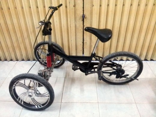 Xe đạp 3 bánh tự chế với cơ cấu lái giống Vespa MP3.
