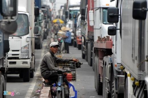 …Nhưng đông đúc nhất là khu vực hai đầu của công trình xây dựng cầu vượt nút giao thông QL1A - đường hương lộ 2 và Tây Lân, quận Bình Tân. Công trình này bị rào chắn từ tháng 7/2014 để thi công nên làm hẹp đường lưu thông, khiến giao thông ở hai đầu cầu bị ùn tắc kéo dài.