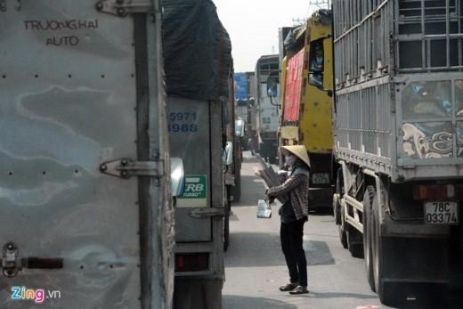 Hàng trăm phương tiện phải nhích từng chút một để vượt qua đoạn đường tạo điều kiện cho hơn chục người đẩy, xách, vác các loại hàng lao ra giữa đường, bám theo ôtô để bán hàng. Xôm tụ nhất là vào giữa trưa và cuối ngày.