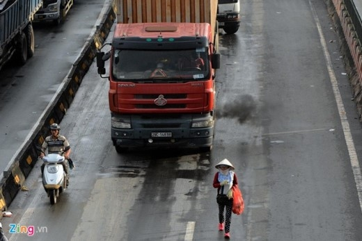 Nhiều người liều lĩnh vượt qua trước đầu các loại xe lớn như container, xe tải hạng nặng hay đi bộ giữa đường khi các phương tiện đang lưu thông. Những pha lao qua trước đầu xe của họ khiến nhiều người chứng kiến phải thót tim.