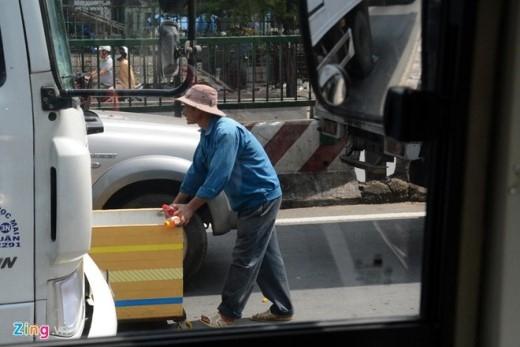 Một số người đẩy cả những thùng xốp lớn có gắn bánh xe ra giữa các làn xe để bán hàng.