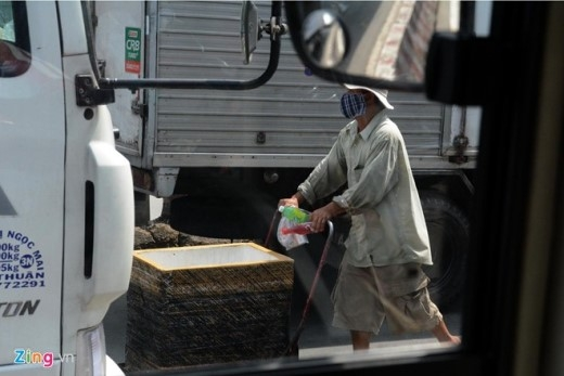Tình trạng những thùng xốp len lỏi giữa đường có hàng trăm xe cộ đang lưu thông vừa nguy hiểm cho người bán, vừa vi phạm giao thông xảy ra thời gian gần đây nhưng chưa bị lực lượng chức năng xử lý.