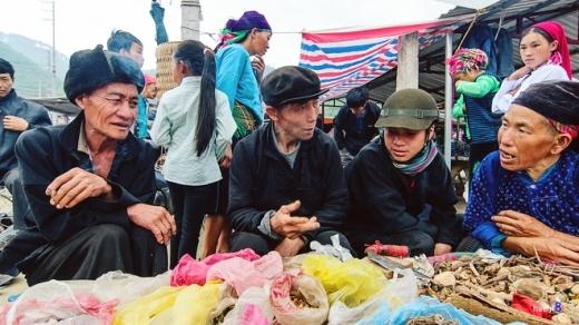 Ở vùng cao, chợ phiên không chỉ để trao đổi buôn bán mà còn là nơi gặp gỡ giao lưu của dân bản.