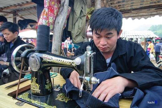 Những người đàn ông có nụ cười duyên, bắp tay chắc nịch lại vô cùng khéo khéo trong việc may vá quần áo.