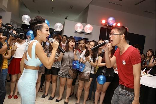 Khác với các buổi offline sinh nhật thông thường, đây còn lài buổi hát live acoustic mà Thảo Trang dành tặng cho các fan. - Tin sao Viet - Tin tuc sao Viet - Scandal sao Viet - Tin tuc cua Sao - Tin cua Sao