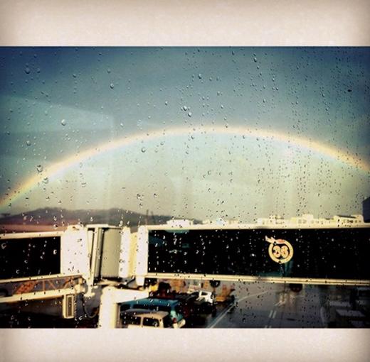 Khi SNSD vừa đáp xuống sân bây Gimpo cũng là lúc trời vừa hết mưa và xuất hiện cầu vồng, Tiffany không khỏi thích thú khi ngắm nhìn cầu vồng từ trên máy bay.