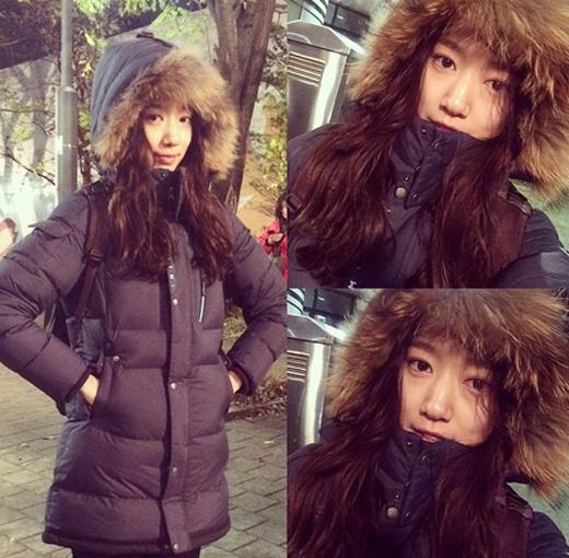 Park Shin Hye tiếp tục khoe hình tự sướng đáng yêu trong quá trình quay phim Pinocchio. Vì trời lạnh nên cô nàng đã quấn mình trong chiếc áo khoác cực dày.