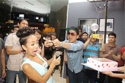 Thảo Trang nhận bánh kem độc trong ngày sinh nhật - Tin sao Viet - Tin tuc sao Viet - Scandal sao Viet - Tin tuc cua Sao - Tin cua Sao