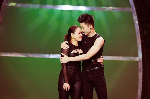 Huỳnh Mến bật khóc khi nghe những lời chia sẻ chân thành của John Huy Trần.