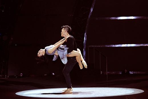 Cặp đôi Tấn Huy - Hồng Nhung trình diễn tiết mục múa đương đại trên nền nhạc It Will Rain.