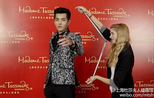 Kris (Ngô Diệc Phàm) hào hứng với tượng sáp của chính mình