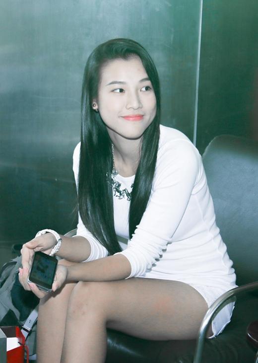Hoàng Oanh lặng lẽ tháp tùng bạn trai đến tham dự sự kiện, cô nán lại ít phút và ra về trước khi chương trình bắt đầu vì vướng lịch trình riêng.