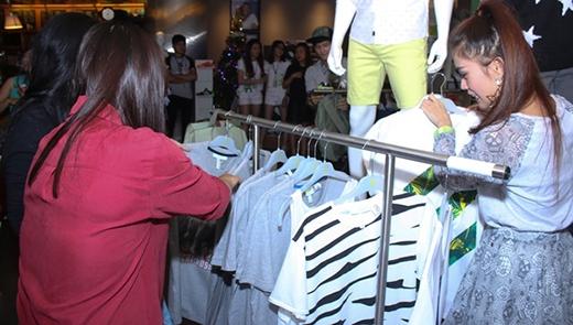 Các bạn fan nhanh nhẹn chọn quần áo phù hợp với phong cách của thần tượng, bạn nào chọn phong cách toát lên cá tính nhất sẽ là người chiến thắng nhận được những phần quà giá trị từ chương trình.