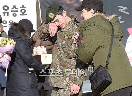 Yoo Seung Ho khóc nức nở trong ngày xuất ngũ