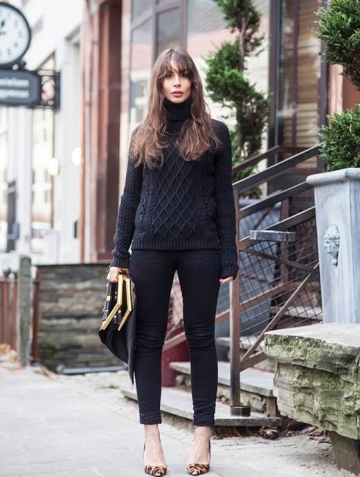 Áo len đen kết hợp với quần jeans cùng màu sẽ tạo cho bạn một vẻ ngoài vô cùng thời trang và thanh lịch