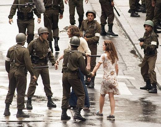 Emma Watson bị cảnh sát truy đuổi và lăn lộn trên phố
