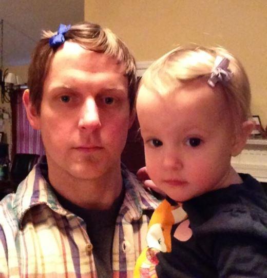 Cách hay nhất để dụ con gái chịu kẹp tóc chính là kẹp tóc cùng con