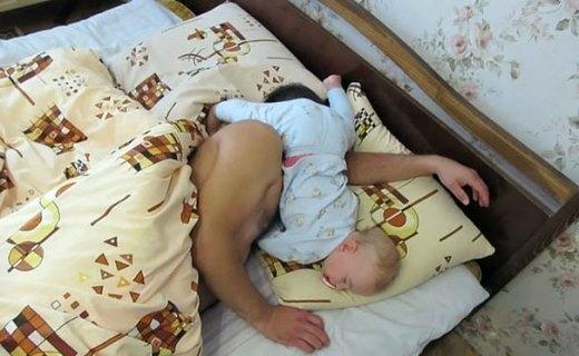 Hai bố con ngủ ngon chưa kìa