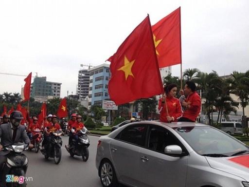 Theo kế hoạch đã chuẩn bị từ đầu tuần, nhóm CĐV bóng đá Việt Nam (VFS) tập trung trước sân Mỹ Đình từ 13h30 ngày 11/12 để diễu hành qua Trần Duy Hưng, Nguyễn Chí Thanh, Kim Mã, Bờ Hồ và ngược lại để kêu gọi người hâm mộ đến sân cổ vũ đội tuyển Việt Nam.