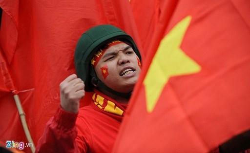 Hình ảnh đẹp của một cổ động viên với lá cờ Tổ quốc trong đoàn.