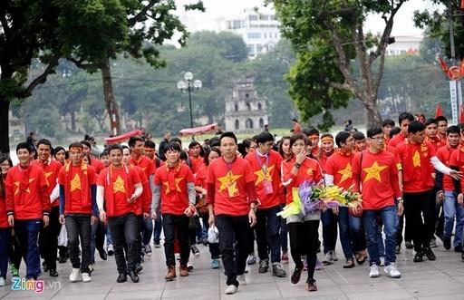 Các CĐV tập trung ở Hồ Gươm, xếp hàng ngay ngắn, trật tự để dâng hương tại tượng đài Lý Thái Tổ.