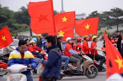 Sau khi dâng hương ở tượng đài Lý Thái Tổ, đoàn CĐV tiếp tục diễu hành quanh Hồ Gươm.