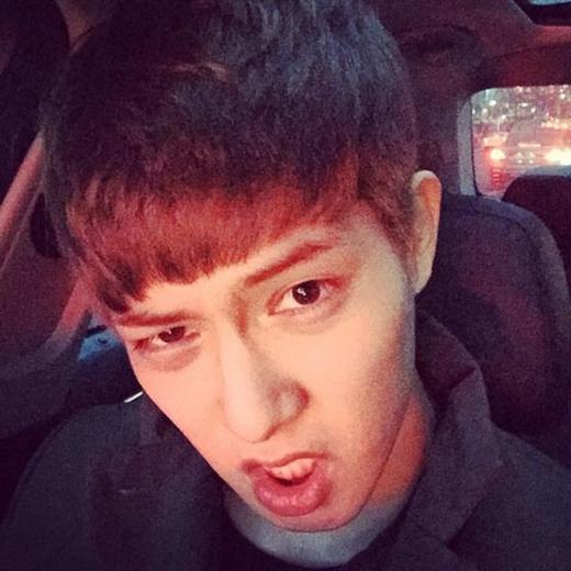 Jonghyun (CN Blue) làm mặt khó đỡ trong khi lưu thông trên đường, anh chàng tỏ vẻ khó chịu và viết: Kẹt xe quá đi.