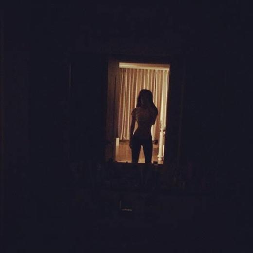 Goo Hara bất khoe vòng eo con kiền cực gợi cảm trong bóng đêm. Hình ảnh này khiến fan của cô vô cùng thích thú.