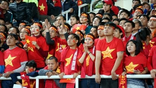 Cổ động viên lo lắng khi Việt Nam chơi bế tắc trước Malaysia. Ảnh: Lâm Thỏa.