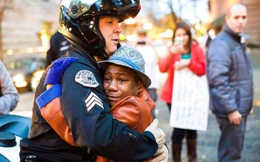 Sự ôm chầm lấy nhau giữa cảnh sát Bret Barnum và cậu bé Devonte Hart, 12 tuổi, tại một cuộc biểu tình liên quan tới vụ Ferguson, ở Portland do nhiếp ảnh gia gốc Việt Johnny Nguyen chụp đã khiến cả nước Mỹ lay động. Telegraph đưa tin, Devonte đứng khóc trước hàng rào chắn của cảnh sát tại thành phố Portland. Một cảnh sát da trắng tên là Bret Barnum đã đề nghị được ôm cậu. Cả hai ôm chầm lấy nhau. Khuôn mặt Devonte khi ấy ướt nhòe vì nước mắt. Bức ảnh trên trở thành hình ảnh của niềm hy vọng trong bối cảnh bạo loạn sắc tộc bùng phát ở Mỹ.