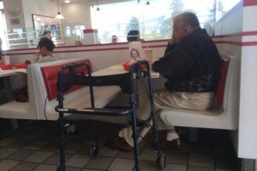 Bức ảnh ghi lại cảnh xúc động của một cụ ông đi ăn không quên đem theo di ảnh người vợ bên cạnh. Một tình yêu vượt thời gian của cụ khiến cư dân mạng bày tỏ lòng ngưỡng mộ và cảm phục. Được biết Vợ chồng ông kết hôn năm 1944 sau một thập kỷ tìm kiếm từ lần đầu tiên gặp mặt. Cả hai sống với nhau suốt 55 năm đến tận khi bà qua đời năm 2009. Và ông luôn mang theo di ảnh vợ bên mình suốt quãng đời còn lại