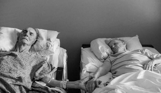 """Hôm 2/8 vừa qua, cặp vợ chồng Don và Maxine Simson, sống ở Bakersfield, tiểu bang California, Hoa Kỳ đã trút hơi thở cuối cùng chỉ cách nhau vài tiếng, khép lại một chuyện tình đẹp sau 62 năm chung sống. Được biết, cả hai ông bà đều lâm trọng bệnh Don đã vấp ngã và bị gãy xương chậu, còn vợ ông bà Maxine thì phải chống cự trước biến chứng của căn bệnh ung thư. Trước giờ ra đi, gia đình đã yêu cầu bác sĩ cho cặp đôi này xuất viện để được hưởng cái chết an lành bên người thân tại tư gia. """"Câu chuyện của họ thật cảm động, đẹp và rất thực. Tất cả chúng tôi đều biết trước chuyện gì sẽ xảy ra. Cả ông và bà đều đã hạnh phúc bên nhau 62 năm thì giờ họ cũng sẽ cùng nhau bước qua thế giới bên kia"""", Melissa Sloan, cháu gái tronggia đình, trả lời trong cuộc phỏng vấn với tờ KERO News."""