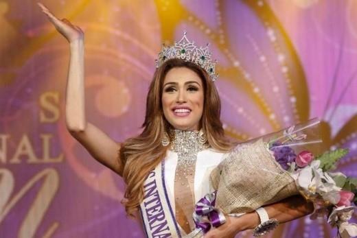 Nổi bật nhất phải kể đến Isabella Santiago - cô đã xuất sắc vượt qua 22 đối thủ đến từ 18 quốc gia nhờ vẻ ngoài xinh đẹp, quyến rũ cùng lối ứng xử thông minh để giành ngôi hoa hậu. Được biết, cô gái người Venezuela năm nay 22 tuổi.