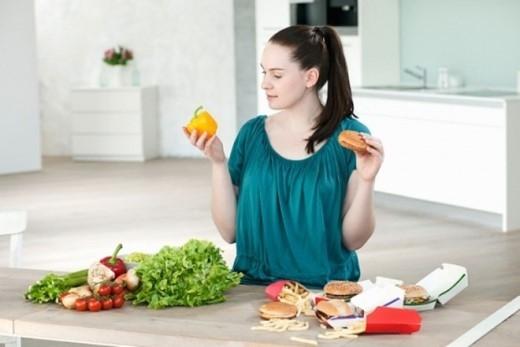 16. Nhầm lẫn giữa việc ăn và uống: Mặc dù các loại thức ăn chứa nhiều nước có thể bổ sung nước cho cơ thể nhưng chúng không thể thay thế nước hoàn toàn. Bạn cần uống nước ngay cả khi đã ăn nhiều loại trái cây, thực phẩm nhiều nước.