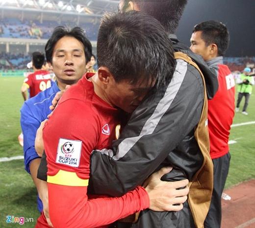 Công Vinh không kìm được nước mắt sau trận đấu