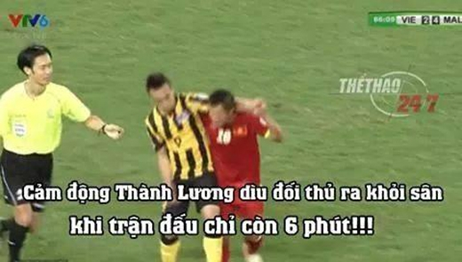 Sự cố gắng của Thành Lương dìu đối thủ ra sân để tránh bị câu giờ đã khiến nhiều người hâm mộ rơi nước mắt