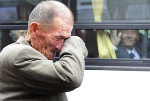 Anh đang cố để không khóc. Cảm ơn vì đã để anh thấy em còn sống và khỏe mạnh. Hãy giữ gìn, em nhé, cụ ông Hàn Quốc Lee Myoeng-Ho, 82 tuổi, nói với em trai, Lee Chol-ho, 77 tuổi và mang quốc tịch Triều Tiên. Cả hai nắm tay nhau thật chặt trước cuộc chia ly. Hình ảnh được ghi vào 22/2/2014 trong cuộc gặp gỡ của những người xa cách của cuộc chiến tranh 2 miền. Họ là những người thuộc nhóm đầu tiên được cho phép đoàn tụ sau 60 năm xa cách kể từ Chiến tranh Triều Tiên 1950-1953. Những người ruột thịt ấy được ngồi bên nhau một giờ đồng hồ để nói lời từ biệt trong phòng ăn của một khách sạn tại khu nghỉ dưỡng Núi Kumgang, Triều Tiên. Sau khi lên những chiếc xe, những người cao tuổi Hàn Quốc vẫy tay để chào thân nhân Triều Tiên của họ. Nhiều người còn viết lên cửa kính những thông điệp, hay xếp hai bàn tay lại thành hình trái tim.