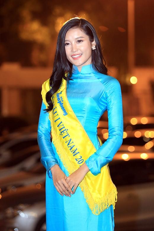 Cô xuất hiện dịu dàng, thướt tha trong tà áo dài truyền thống màu xanh - Tin sao Viet - Tin tuc sao Viet - Scandal sao Viet - Tin tuc cua Sao - Tin cua Sao