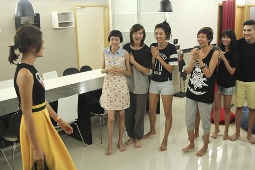 Các thí sinh bất ngờ với sự viếng thăm của Quán quân VNTM 2013 - Mâu Thủy.