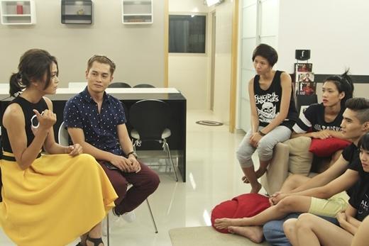 Họ chăm chú lắng nghe những chia sẻ về quá trình và những khó khăn trong quá trình tham gia VNTM 2013 của Mâu Thủy.