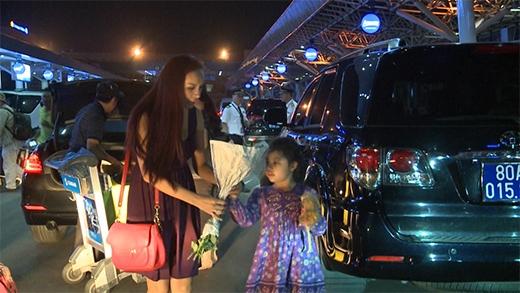 Bé Suti được mẹ Thúy Hạnh ra tận sân bay đón - Tin sao Viet - Tin tuc sao Viet - Scandal sao Viet - Tin tuc cua Sao - Tin cua Sao
