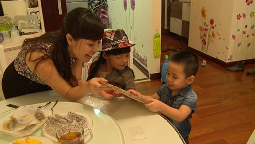 Bé Bo vui vẻ tặng quà cho mẹ và em trai - Tin sao Viet - Tin tuc sao Viet - Scandal sao Viet - Tin tuc cua Sao - Tin cua Sao