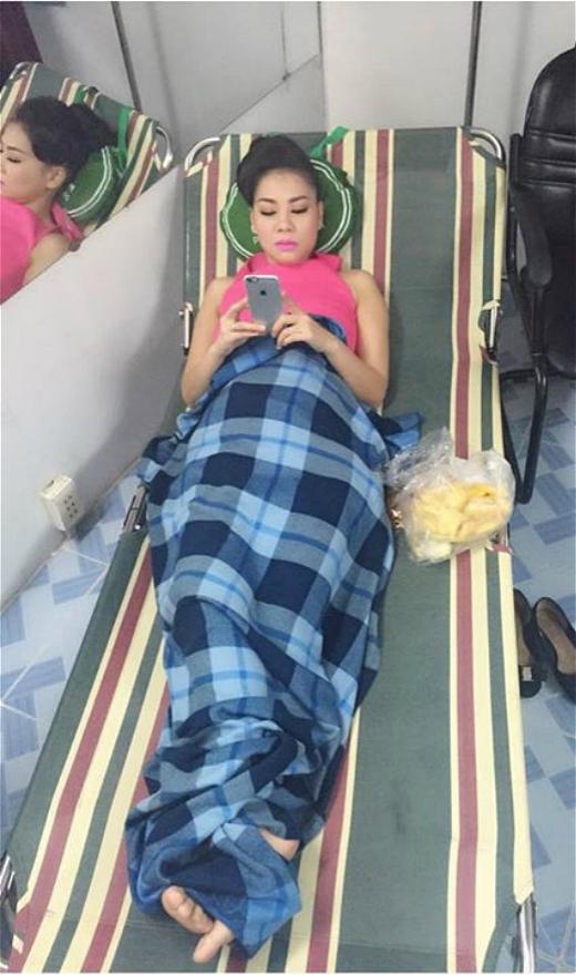 Hình ảnh Thu Minh nằm trên chiếc ghế xếp dài cùng dòng status thức từ 5h30 để chuẩn bị quay hình đã khiến cho nhiều fan tỏ ra lo lắng cho sức khỏe của cô. Dù chưa chính thức thừa nhận mình đang mang thai nhưng những hình ảnh vòng 2 to bất thường đang dần khẳng định nghi án này là sự thật. Vừa lo lắng cho idol, vừa lo cho cả đứa bé trong bụng cô, các fan mong Thu Minh hãy giữ gìn sức khỏe nhiều hơn.