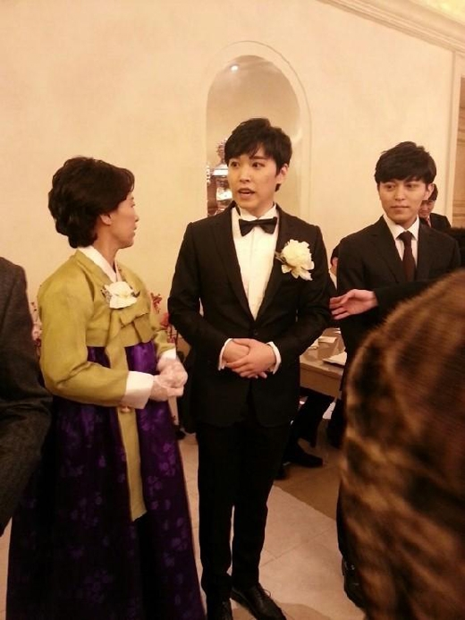 Sungmin và mẹ trong lễ cưới