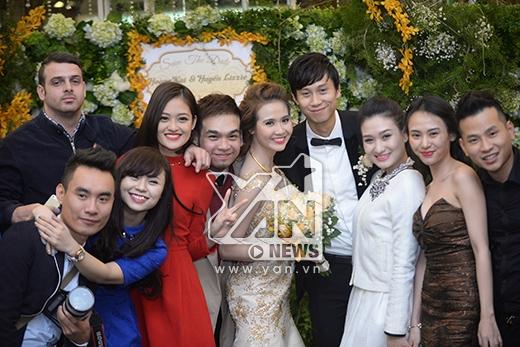 Nhí nhảnh chụp hình cùng bạn bè - Tin sao Viet - Tin tuc sao Viet - Scandal sao Viet - Tin tuc cua Sao - Tin cua Sao