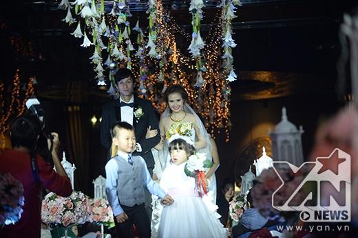 Cô dâu chú rể từ từ tiến vào làm lễ - Tin sao Viet - Tin tuc sao Viet - Scandal sao Viet - Tin tuc cua Sao - Tin cua Sao