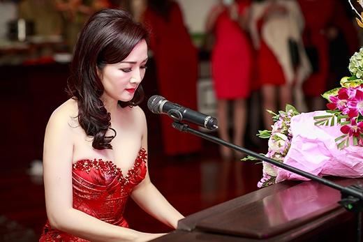 Cũng trong sự kiện, Hoa hậu Đền Hùng Giáng My trổ tài ngâm thơ và đàn hát - Tin sao Viet - Tin tuc sao Viet - Scandal sao Viet - Tin tuc cua Sao - Tin cua Sao
