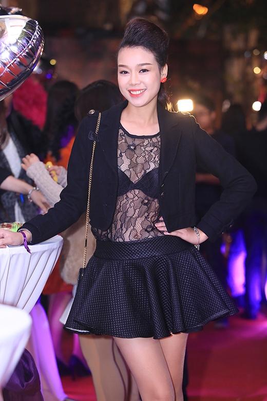 Người đẹp Trương Tùng Lan mặc đồ hở táo bạo giữa trời lạnh với áo ren xuyên thấu với chân váy ngắn cũn, khoe nội y gợi cảm - Tin sao Viet - Tin tuc sao Viet - Scandal sao Viet - Tin tuc cua Sao - Tin cua Sao